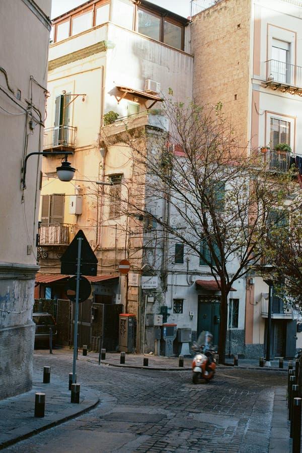 Autoped in de straat van Napels, Italië stock foto's