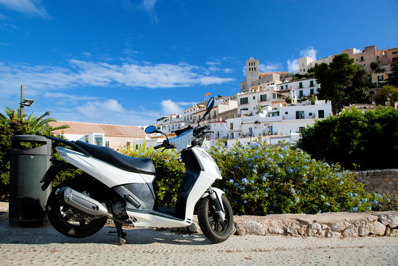 Autoped en panorama van Ibiza, Spanje stock foto's