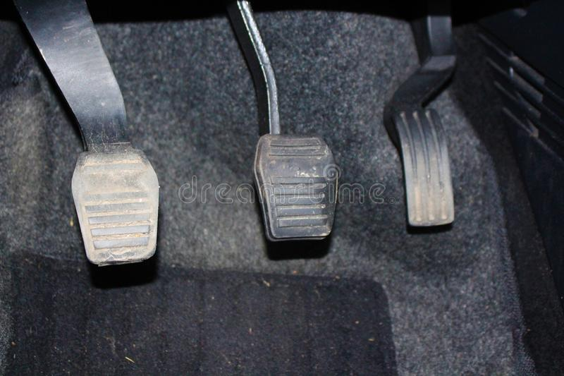 Autopedalkupplung und -gaspedal Kupplung, Bremse, Gaspedal des Autos stockfotos