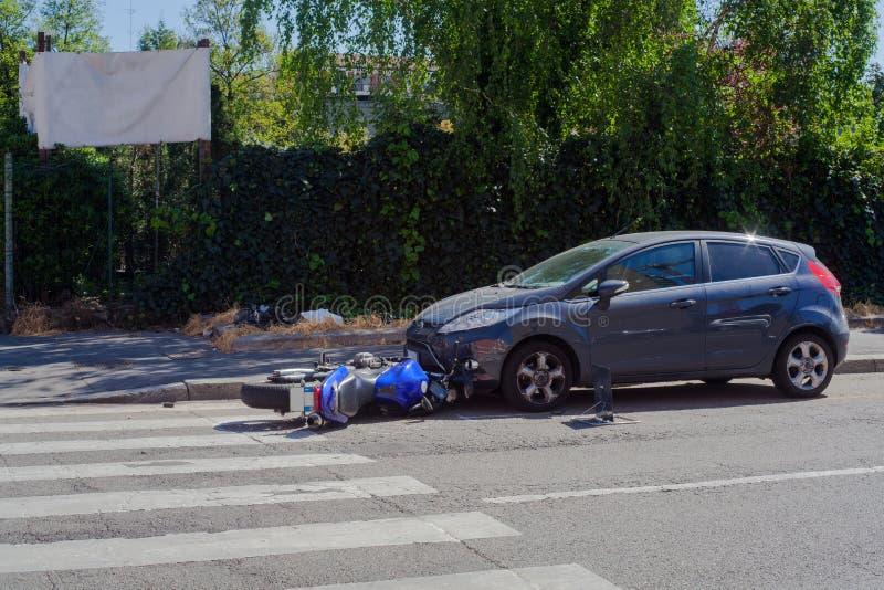 Autopedneerstorting in de stedelijke straat royalty-vrije stock fotografie