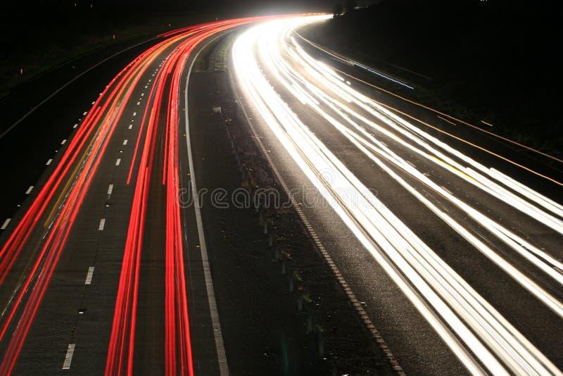 Autopista en la noche fotos de archivo