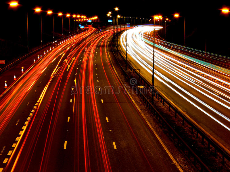 Autopista M6 en la noche imagen de archivo