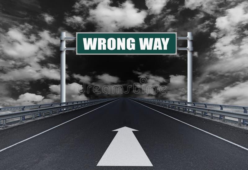 Autopista recta con una manera del mal del texto en la señal de tráfico fotos de archivo