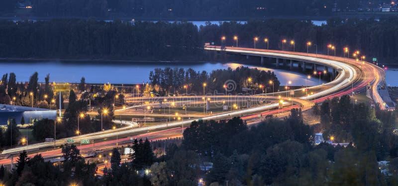 Autopista sin peaje de la autopista 205 sobre el río Columbia en la oscuridad fotografía de archivo libre de regalías