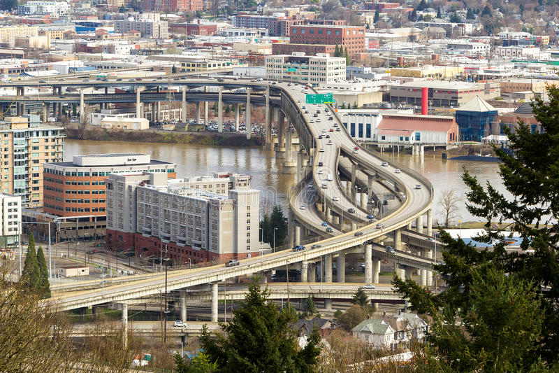 Autopista sin peaje de un estado a otro sobre el puente de Marquam en Portland imagen de archivo