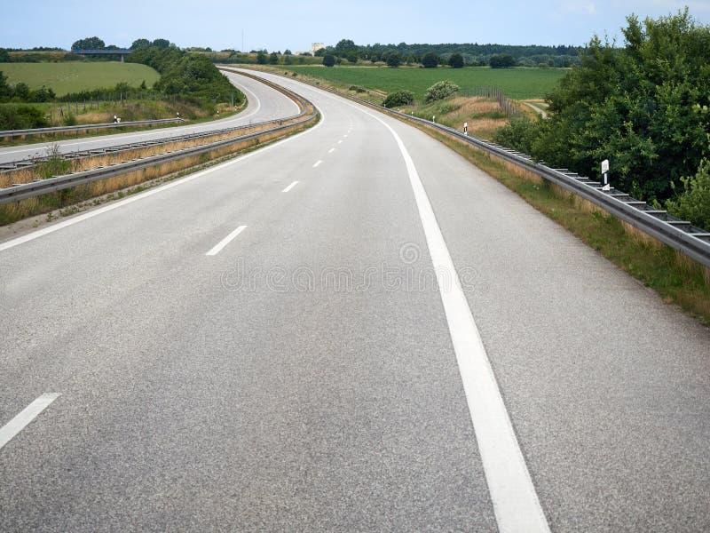 Autopista sin peaje vacía curvada de la carretera del camino fotografía de archivo libre de regalías