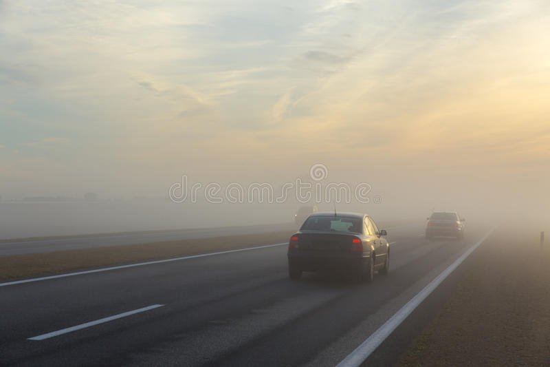 Autopista sin peaje y un coche en niebla foto de archivo libre de regalías