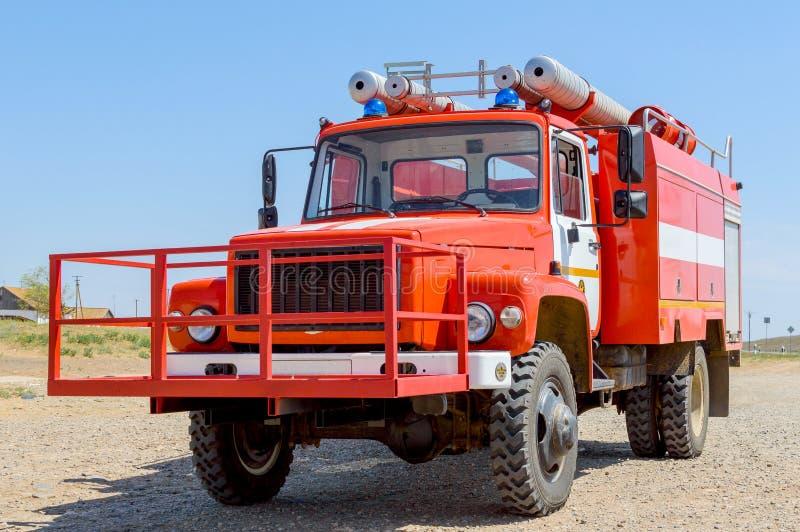 Autopompa antincendio rossa per l'estinzione steppa o degli incendi forestali naturali nella riserva nazionale Il concetto: lo sp fotografie stock