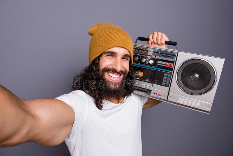 Autoportrait à lui il gentil type aux cheveux ondulés gai attirant beau continuant le rétro joueur de cru d'épaule fort photo stock