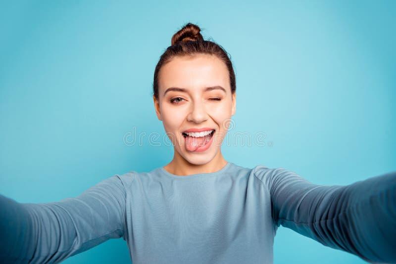 Autoportrait de elle elle belle adolescente gaie gaie folle aimable séduisante attirante fraîche jolie photo libre de droits