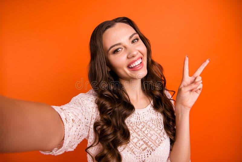 Autoportrait de elle elle belle fille aux cheveux ondulés gaie séduisante magnifique féminine magnifique attirante jolie images stock
