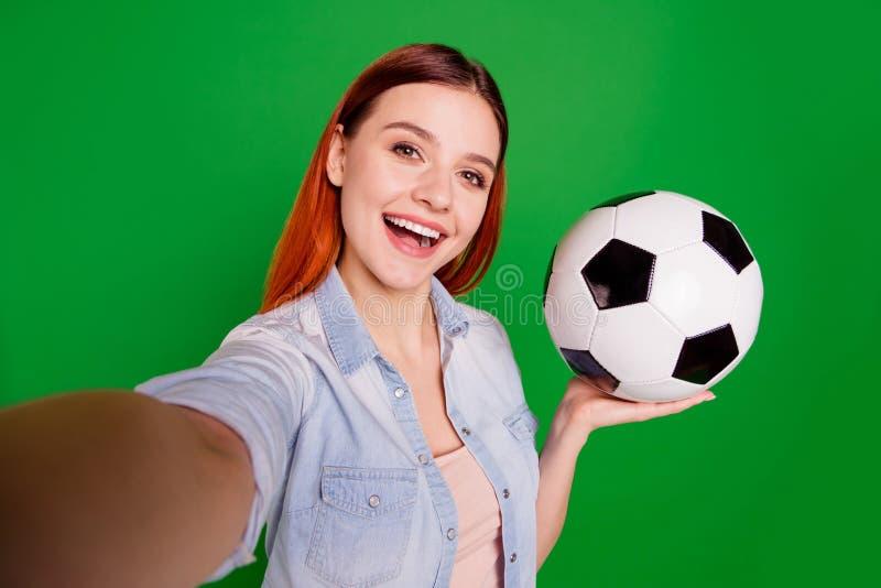 Autoportrait de elle elle belle fille gaie gaie séduisante avec du charme mignonne attirante jolie ayant l'amusement se tenant de photographie stock