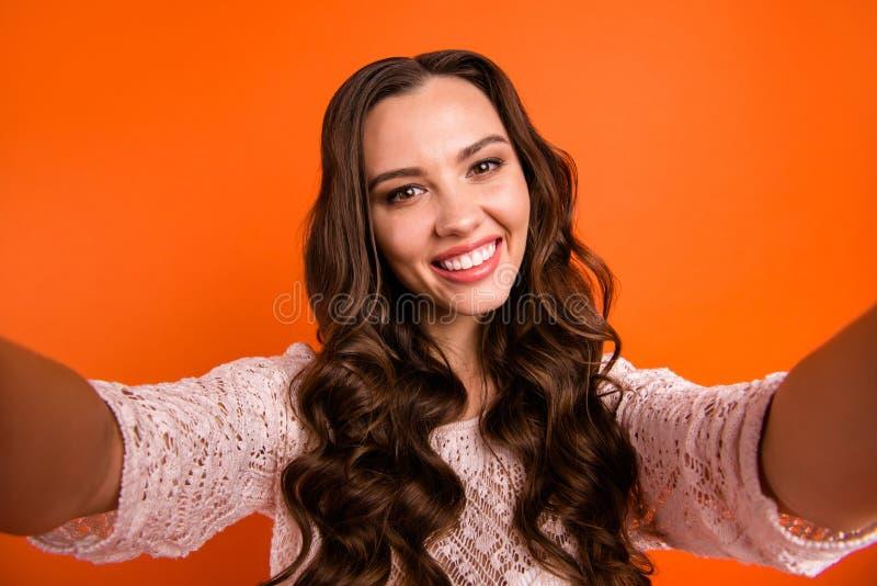 Autoportrait de elle elle belle jolie heureuse fille aux cheveux ondulés gaie gaie magnifique féminine attirante jolie photographie stock libre de droits