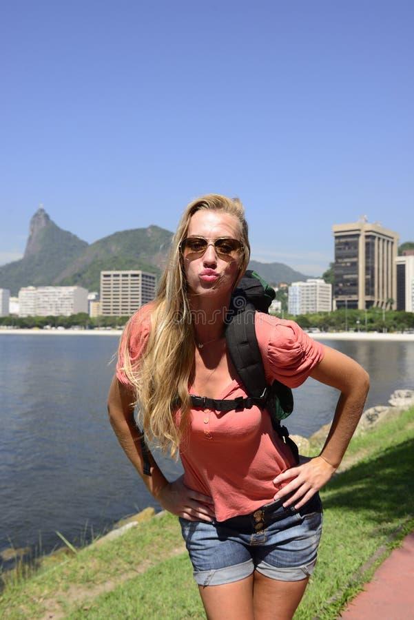 Autoportrait de jeune randonneur blond chez Rio de Janeiro. image libre de droits