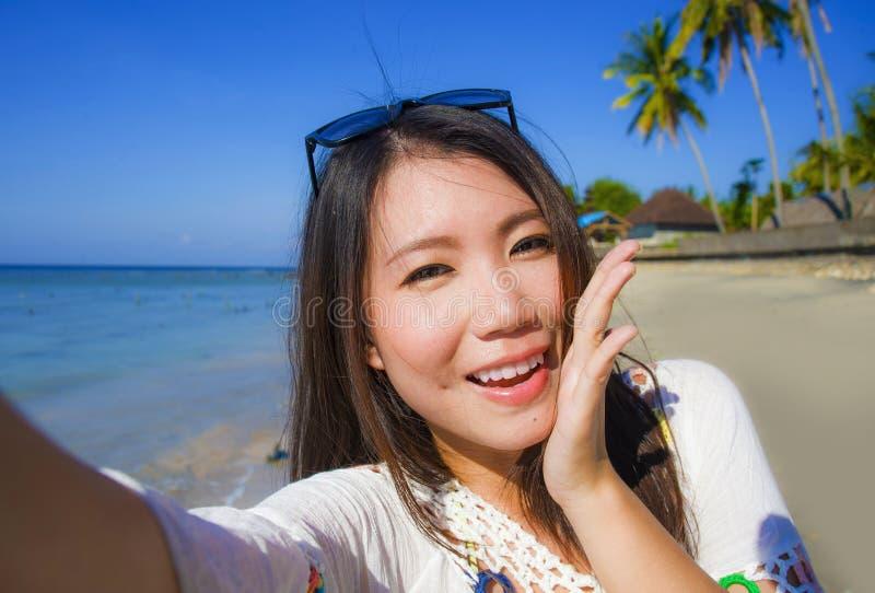 Autoportrait de la belle et heureuse femme coréenne ou chinoise asiatique magnifique 20s prenant la photo de selfie avec l'appare photographie stock