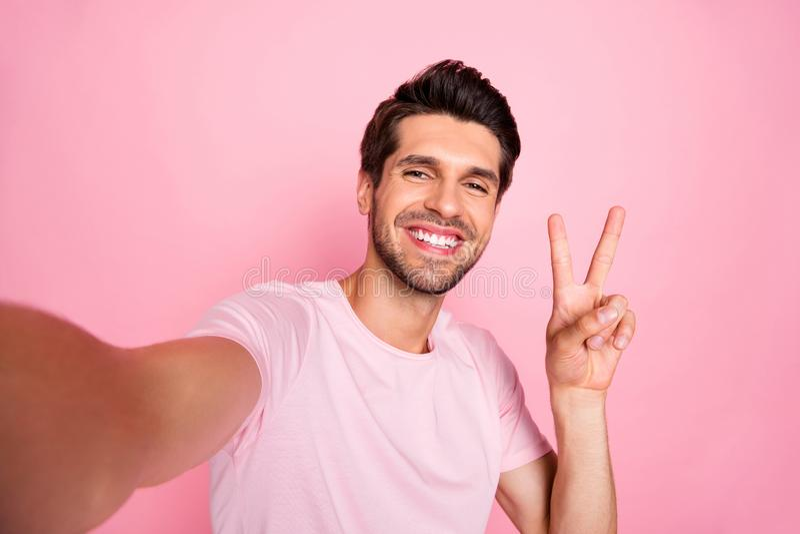Autoportret jego on ładny atrakcyjny uroczy optymistycznie rozochocony radosny uradowany facet pokazuje znaka wydaje czas wolnego obraz stock
