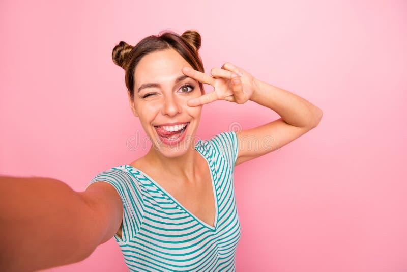 Autoportret ona ona przyglądający uroczy czarujący ślicznej rozochoconej radosnej pozytywnej dziewczyny pokazuje znakowi pobliski zdjęcie stock