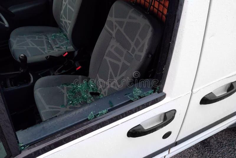 Autoraam door misdadigers en punten wordt van de zetel worden gestolen gebroken die stock foto's