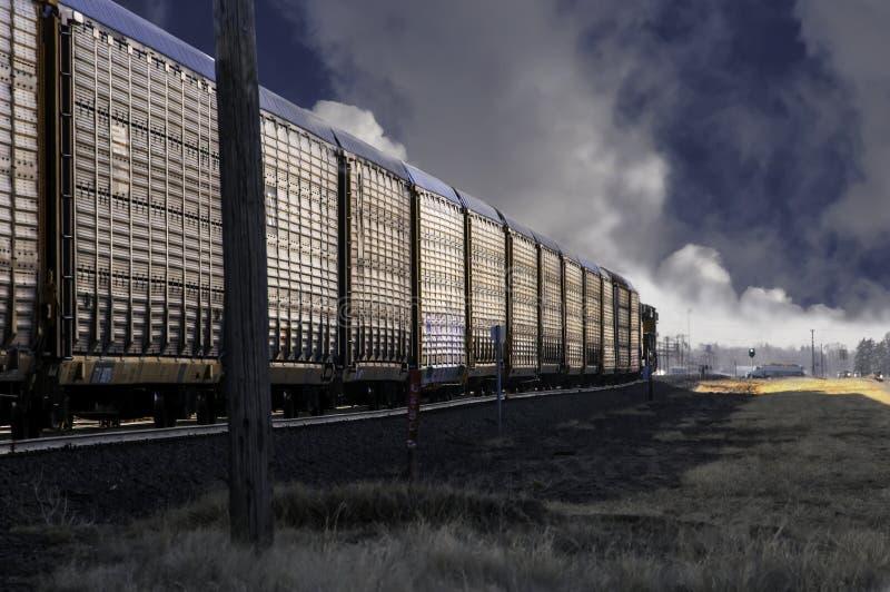 Autoracks de chemin de fer transportant de nouvelles voitures aux revendeurs image libre de droits
