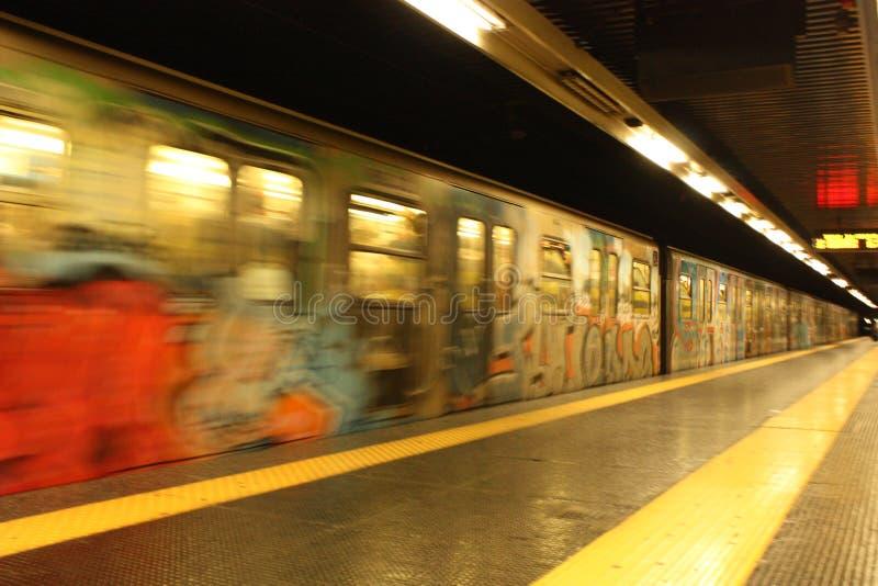 Autorail décollant dans le souterrain à Rome, Italie photographie stock libre de droits