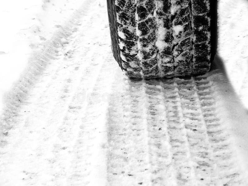 Autoreifen im Schnee auf eisigem glattem Schritt der Straße stockbilder