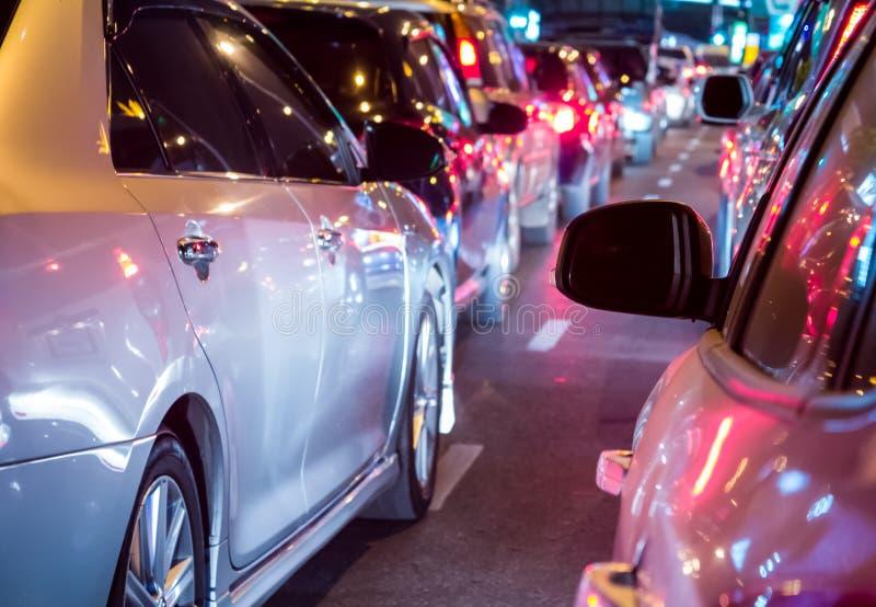 Autoreihe in der schlechten Verkehrsnacht stockbild
