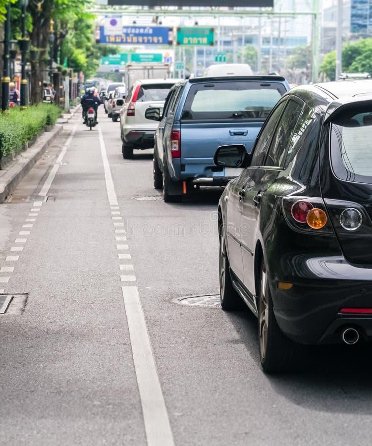 Autoreihe in der schlechten Verkehrsstraße lizenzfreies stockfoto