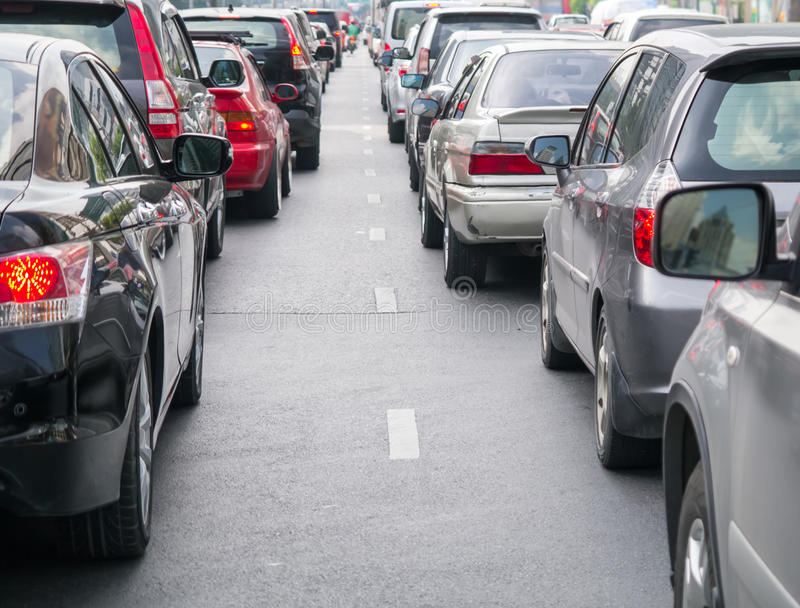 Autoreihe in der schlechten Verkehrsstraße stockfotografie