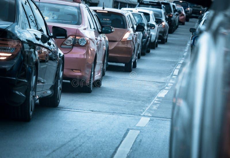 Autoreihe in der schlechten Verkehrsstraße stockbild
