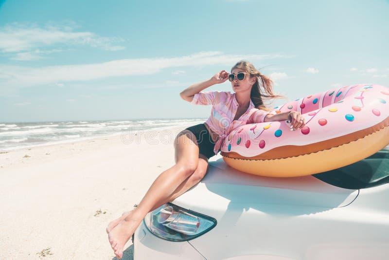 Autoreis aan de strandvakantie stock afbeeldingen