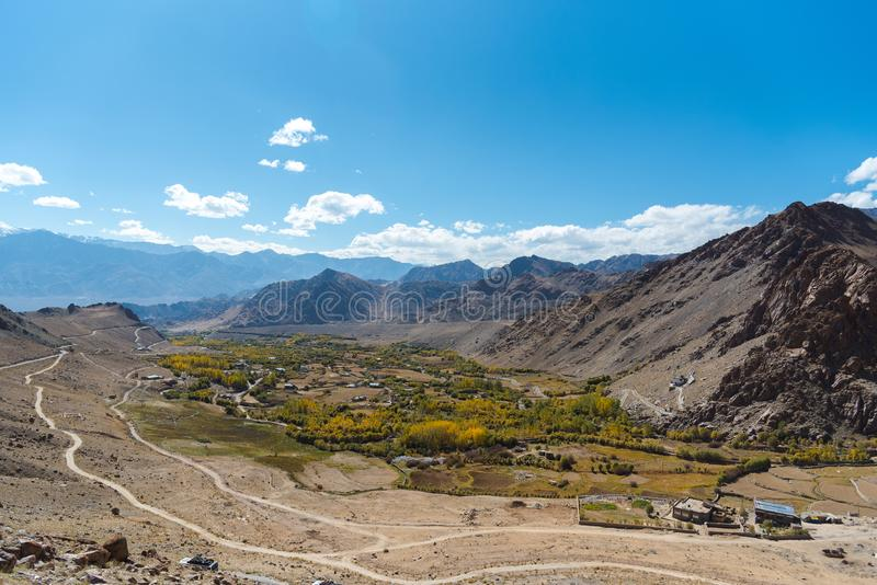 Autoreise am Himalaja-Gebirgshintergrund von leh lardakh, indi stockbilder