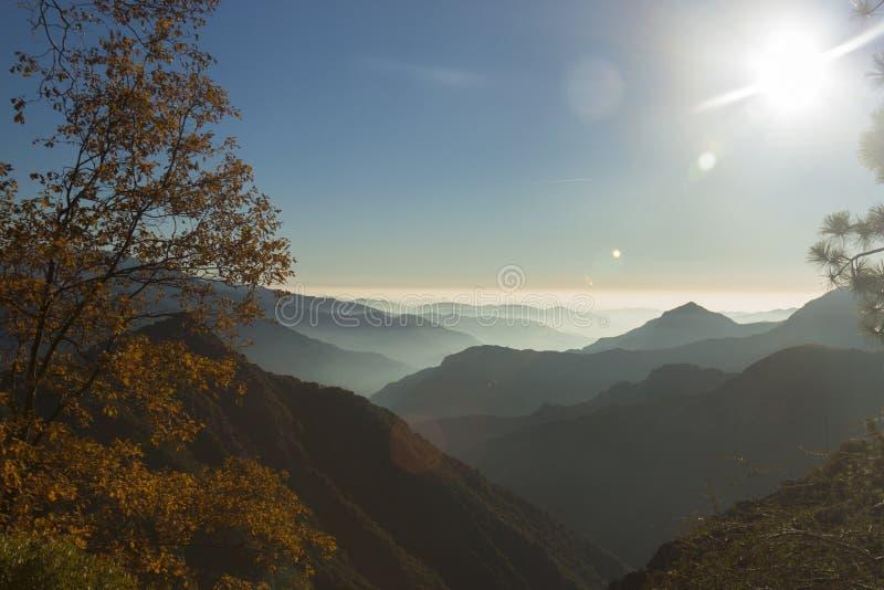 Autoreise in Königen Canyon - Panoramablick lizenzfreies stockbild