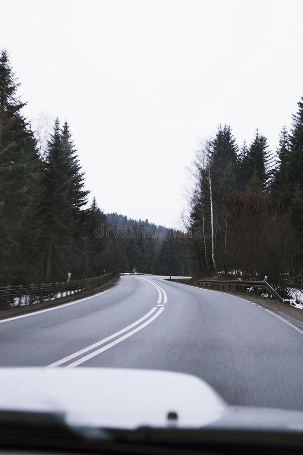 Autoreise zu den Bergen stockbilder