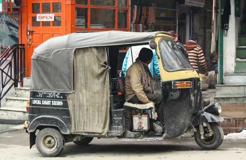 Autorickshaw eller cykel för tre hjul på en gata, som är en berömd traditionell taxi royaltyfri bild