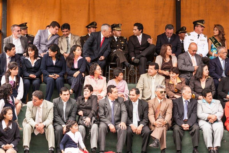 Autoridades municipales de Banos que ayudan a evento público imagen de archivo