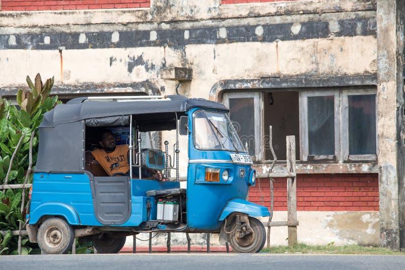 Autoriksja of tuk-tuk op de straat van Hikkaduwa in Sri Lanka royalty-vrije stock foto