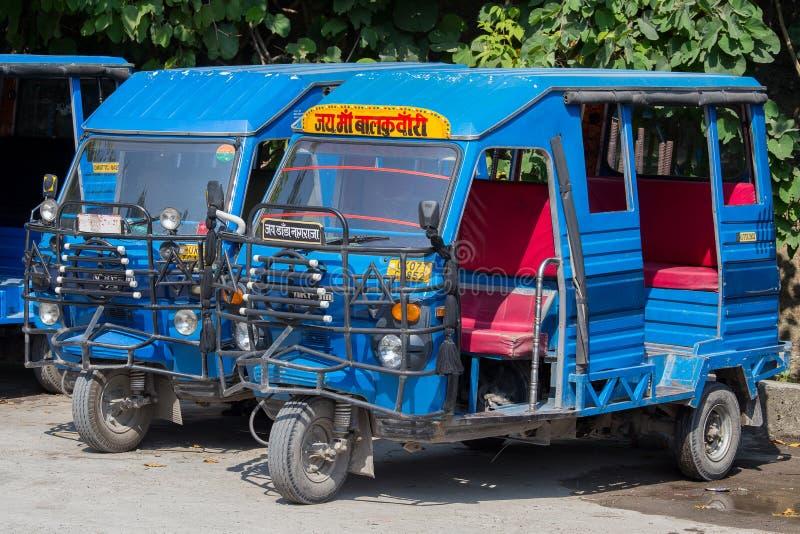 Autoriksjataxis op een weg Rishikesh, India royalty-vrije stock foto's