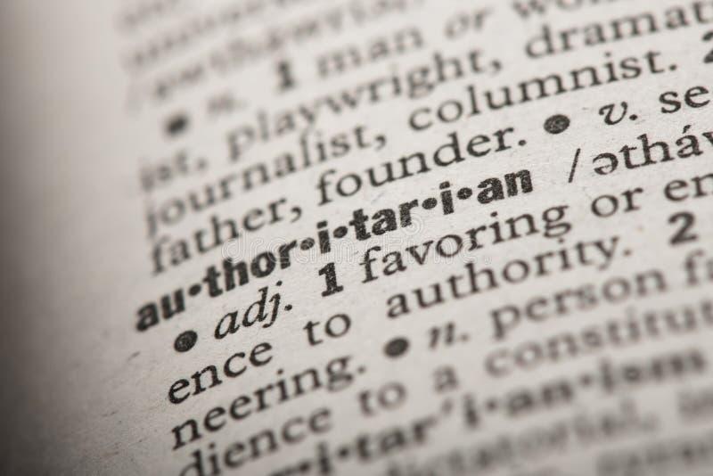 Autoritario en un diccionario imagen de archivo libre de regalías