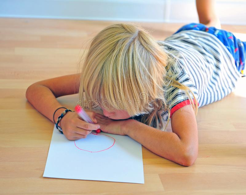 Autoritratto del disegno del ragazzino immagini stock