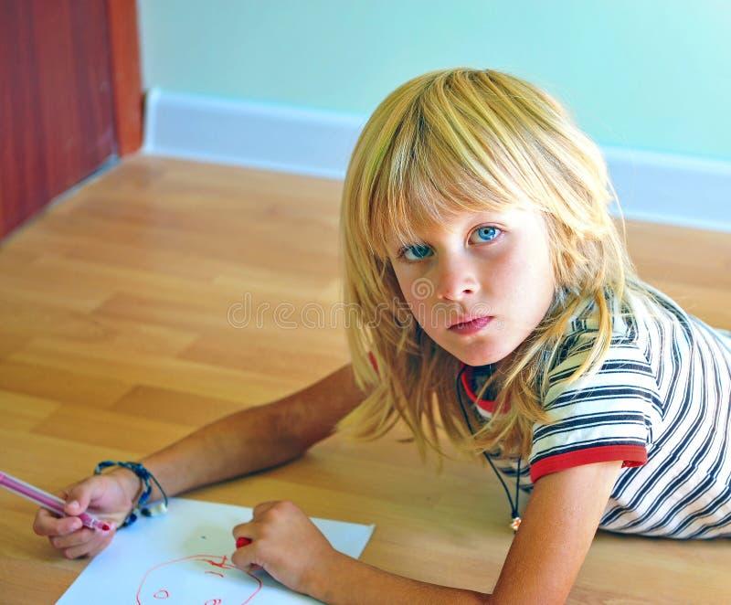 Autoritratto del disegno del ragazzino fotografia stock