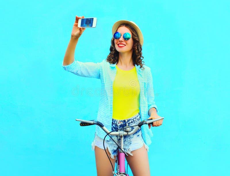 Autoritratto della presa della giovane donna di estate sullo smartphone con la retro bicicletta fotografia stock libera da diritti
