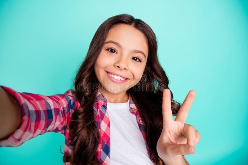 Autoritratto della ragazza pre-teen dai capelli ondulati di buon umore allegra sveglia affascinante adorabile attraente piacevole fotografie stock