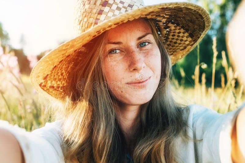 Autoritratto di bella giovane donna sorridente bionda immagine stock libera da diritti