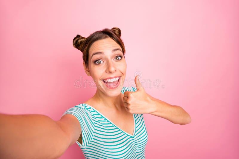 Autoritratto di lei lei rappresentazione positiva di buon umore allegra sveglia incantante adorabile della ragazza di lustro amab fotografia stock libera da diritti