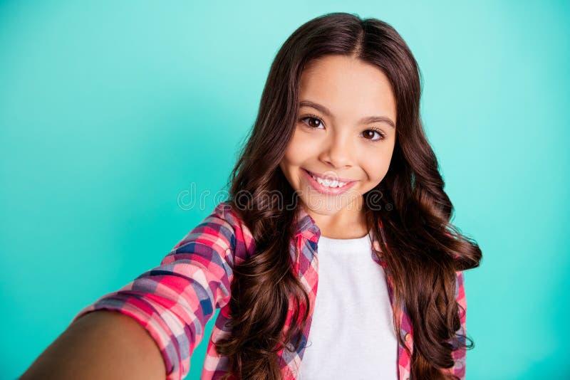 Autoritratto di lei lei uso pre-teen dai capelli ondulati di buon umore allegro sveglio affascinante dolce adorabile attraente pi fotografie stock