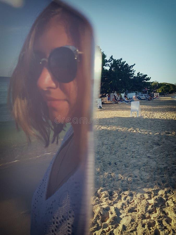 Autoritratto di una ragazza che prende le immagini se stessa sulla spiaggia fotografia stock
