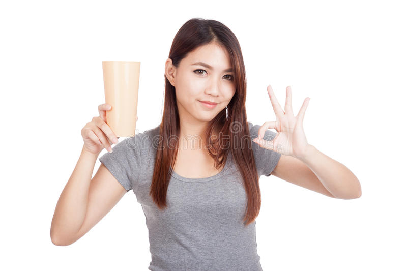AUTORIZACIÓN asiática joven de la demostración de la mujer con el vidrio plástico alto foto de archivo