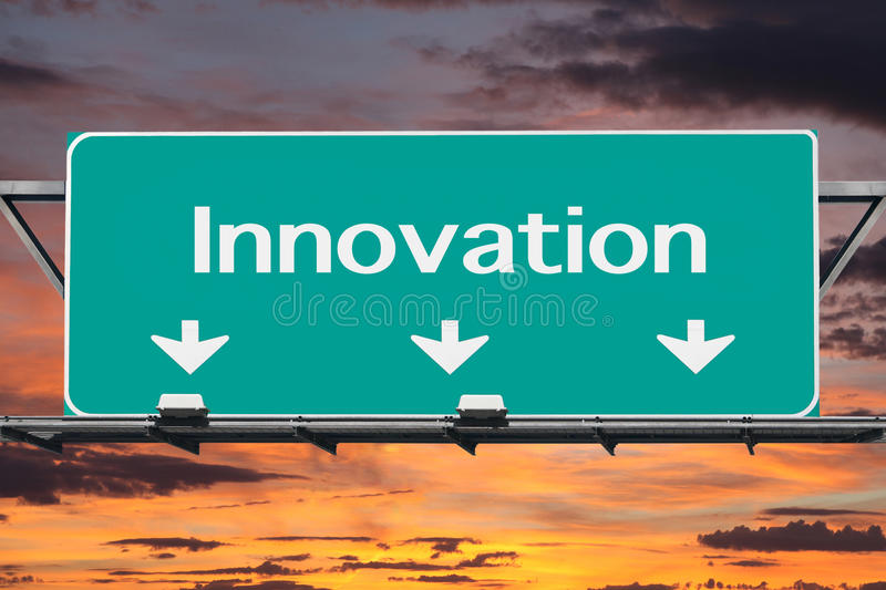 Autoroute au panneau routier d'innovation photos stock