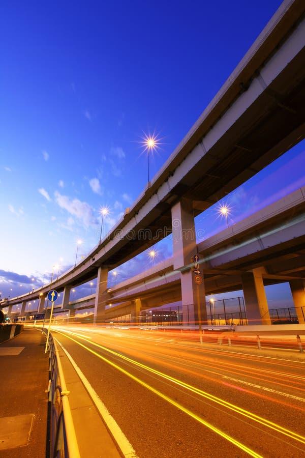Autoroute avec la traînée du trafic images stock