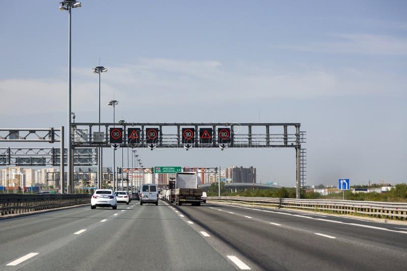"""Autoroute d'E 105 à St Petersburg, l'information variable de tableau indicateur : """"Attention, limitation de vitesse ` image stock"""